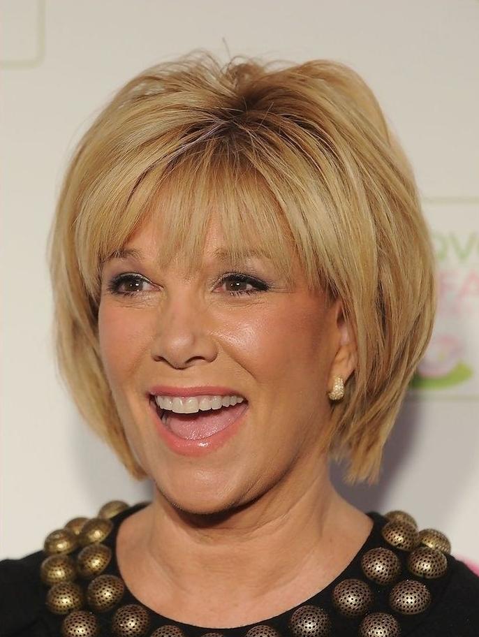 modèle coupe courte femme cheveux blond platine et frange longue sur le front, coupe de cheveux courte pour femme de 60 ans