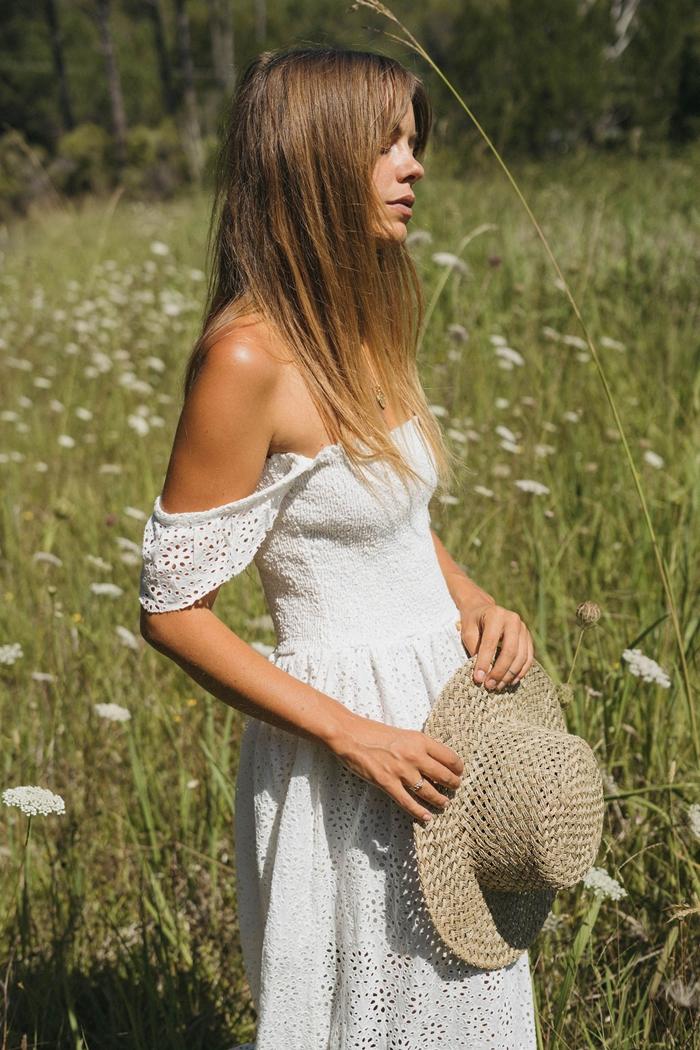mode bohème chic capeline tressée robe d été longue blanche vêtements été collier argent robe épaulées dénudées