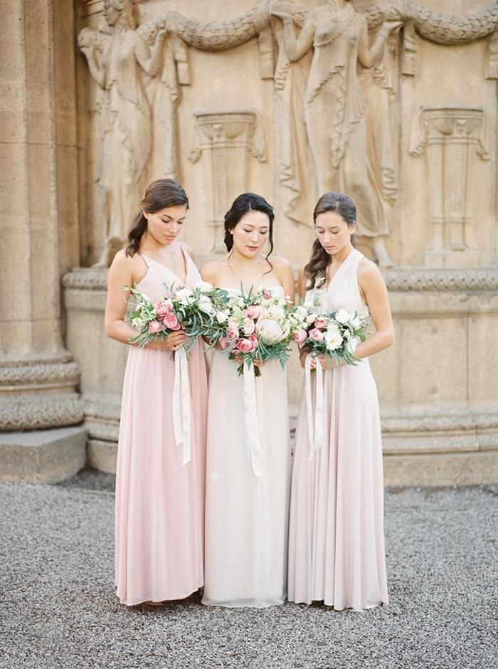 mode femme élégante cérémonie champêtre robe bretelles robe de soirée pour mariage bouquet roses coiffure boucles