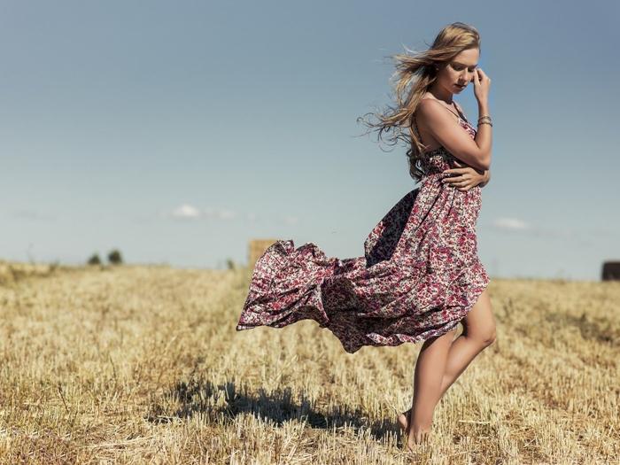 mode femme robe bohème chic fluide bretelles motifs floraux été robe bracelets vêtements tenue été robe rouge et beige