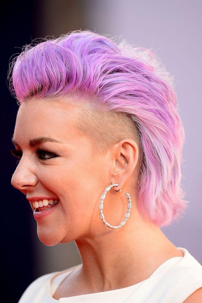 modele de coiffure courte style rock avec coloration rose et des côtés rasés avec des mèches plus longues rose