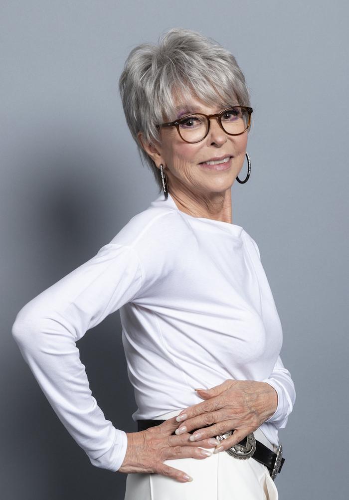modele de coupe de cheveux court femme 60 ans avec lunettes et cheveux gris avec volume sur le dessus