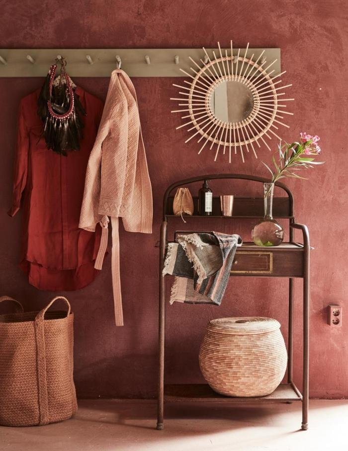 mur terracotta peinture couloir style exotique déco chaleureuse couloir rangement vêtements miroir soleil panier tressé rangement