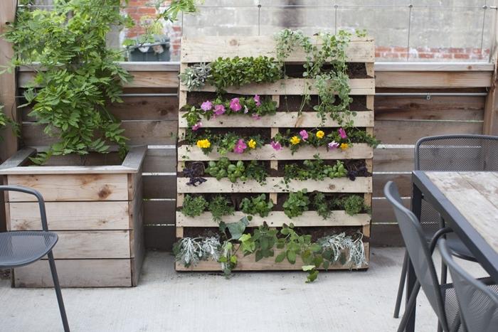 mur végétal palette que faire avec des palettes en bois recyclage bricolage avec matériaux de récupération décoration balcon terrasse bois