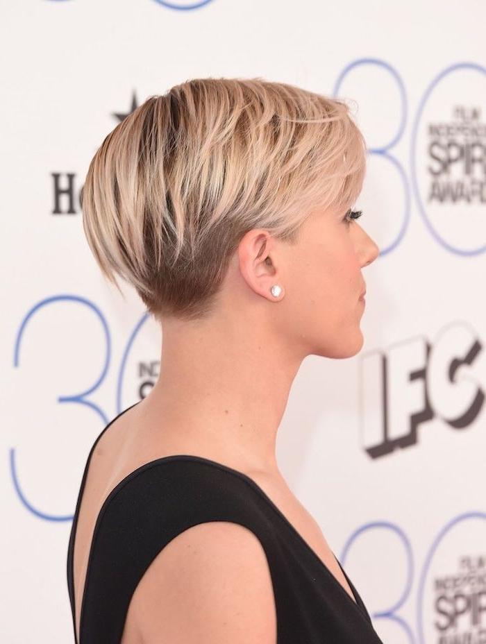 nuque rasée femme et coupe pixie avec des mèches blondes plus longues et des parties rasées