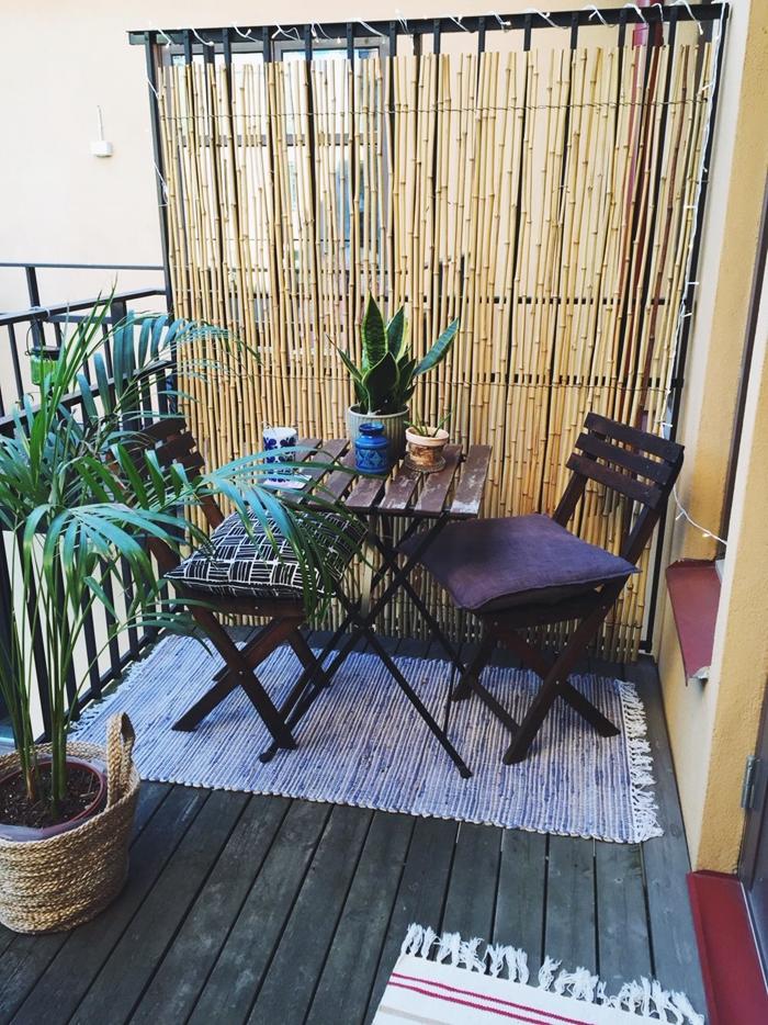 palissade bambou déco petit balcon bambou rideau brise vue terrasse bois foncé cache pot tressé plantes vertes table bois café