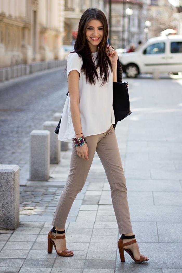 pantalon slim couleur beige top blanc manches courtes style chic femme sandales à talons marron et noir sac à main noir
