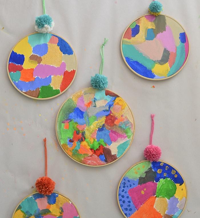peinture abstraite idée activité peinture pour enfant avec des motifs abstraits taches de peinture sur tambour à broder avec décoration de pompon de laine