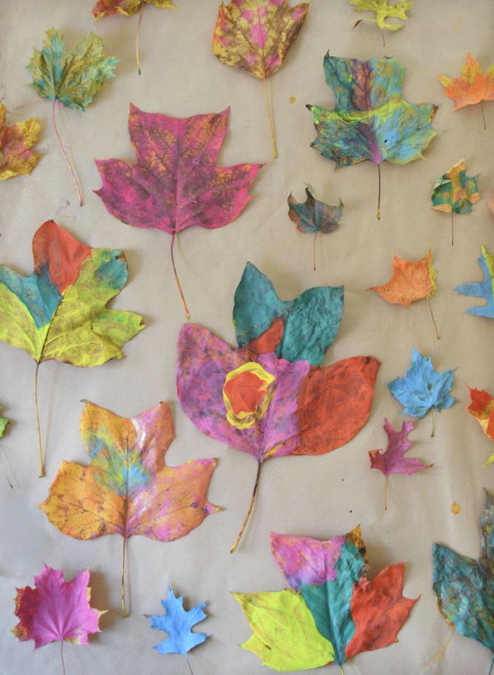 peinture sur des feuilles mortes de style abstrait peinture maternelle loisir creatif enfant original