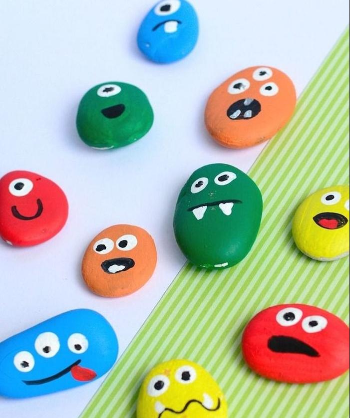 peinture sur galet idée de galets monstres de couleurs variées avec des expressions visage variés idee peinture enfant originale
