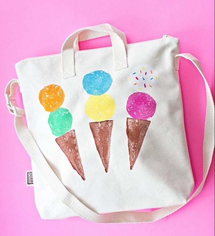 peinture sur textile idée loisir creatif enfant dessiner des glaces sur étoffe sac à main de couleur blanche avec manche, activité avec de la peinture originale