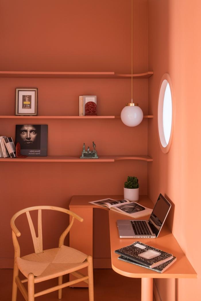 peinture terracotta aménagement coin bureau à domicile rangement mural étagère d angle lampe suspendue blanche livres bureau chaise bois