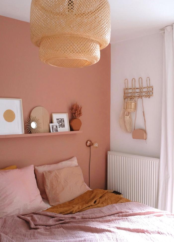 petit miroir soleil peinture couleur terracotta rose poudré linge de lit couleur jaune moutarde association couleurs intérieur décoration chambre