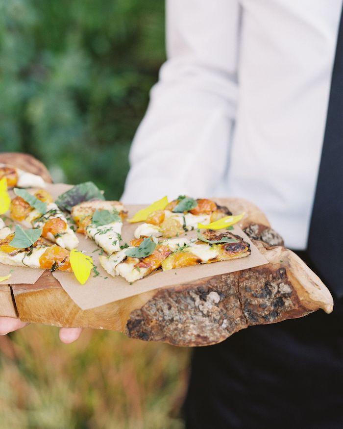 petits pizzas fromage tomates sur plateau rodin de bois buffet froid pour 20 personnes simple