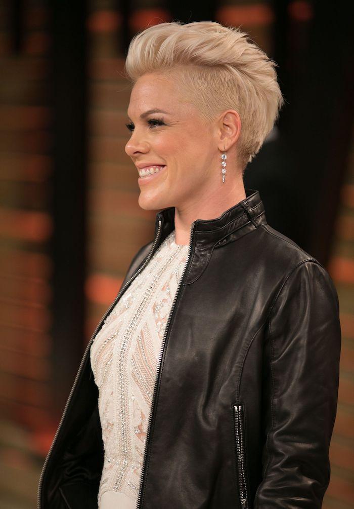 pink avec une coupe undercut femme originale idée pixie avec mèche longue de dessus sur cheveux blond polaire