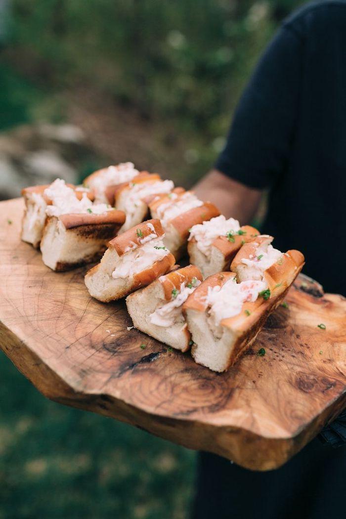 planche de bois avec sandwiches à la salade de saumon apéritif dinatoire simple et chic a faire pour ses invités