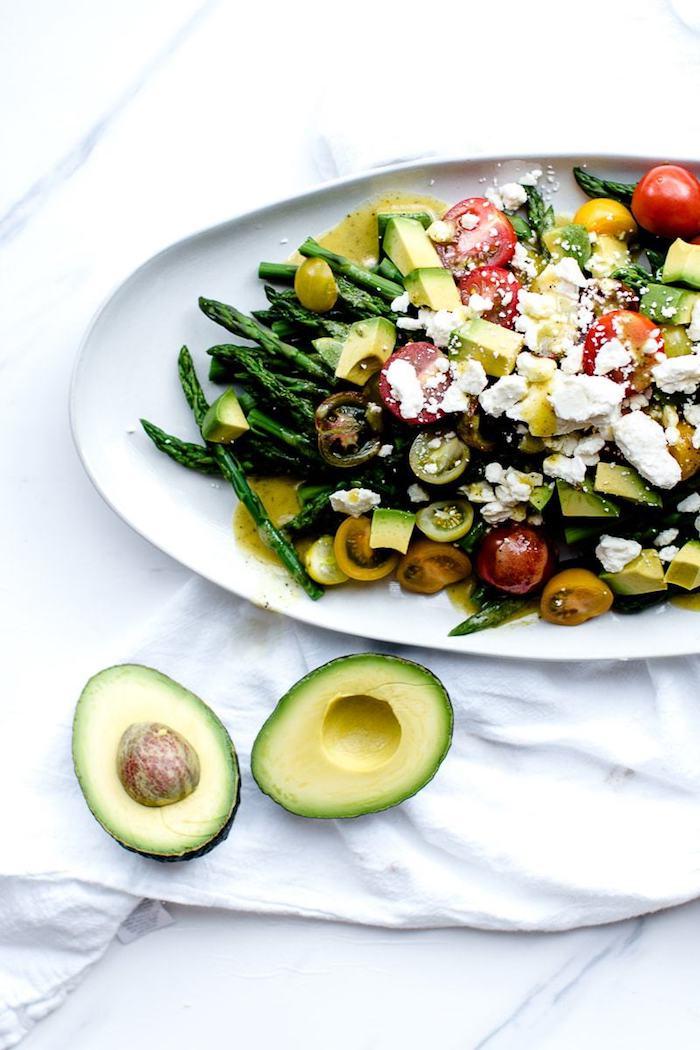 plateau salade froide aux asperges tomates cerise avocat coupé en cubes meittes de fromage feta et dressing salade à base de moutarde