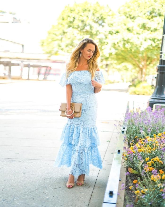 pochette beige sandales à talons tenue habillée pour mariage boucles d oreilles pendentifs robe longue col bateau volants bustier robe bleue mariage