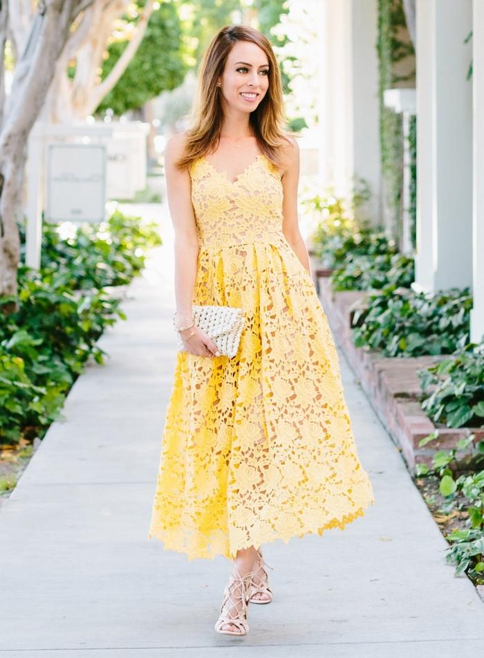pochette blanche sandales à talons robe de cérémonie femme chic idée tenue invitée mariage été robe jaune décolleté v dentelle florale