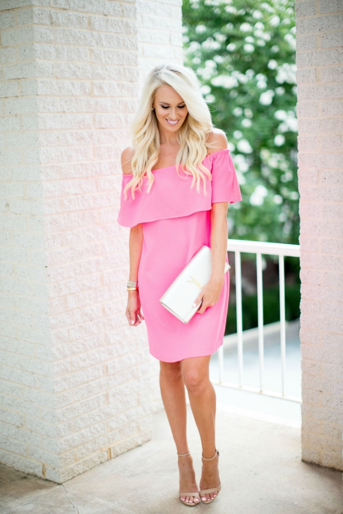 pochette blanche tenue femme invitée stylée robe de cocktail pour mariage chic robe col bateau rose pâle manches courtes épaules dénudées