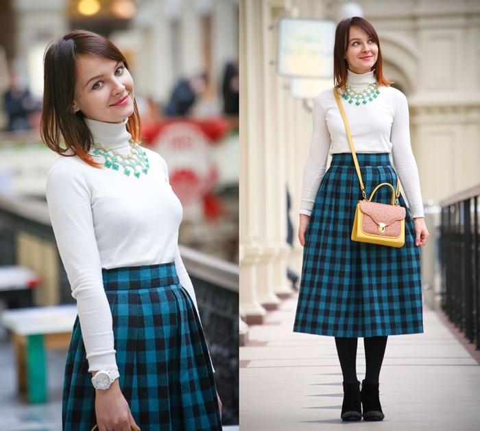 polo blanc collier pierres turquoise style bcbg vêtements jupe midi taille haute motifs carreaux noir et bleu sac bandoulière jaune