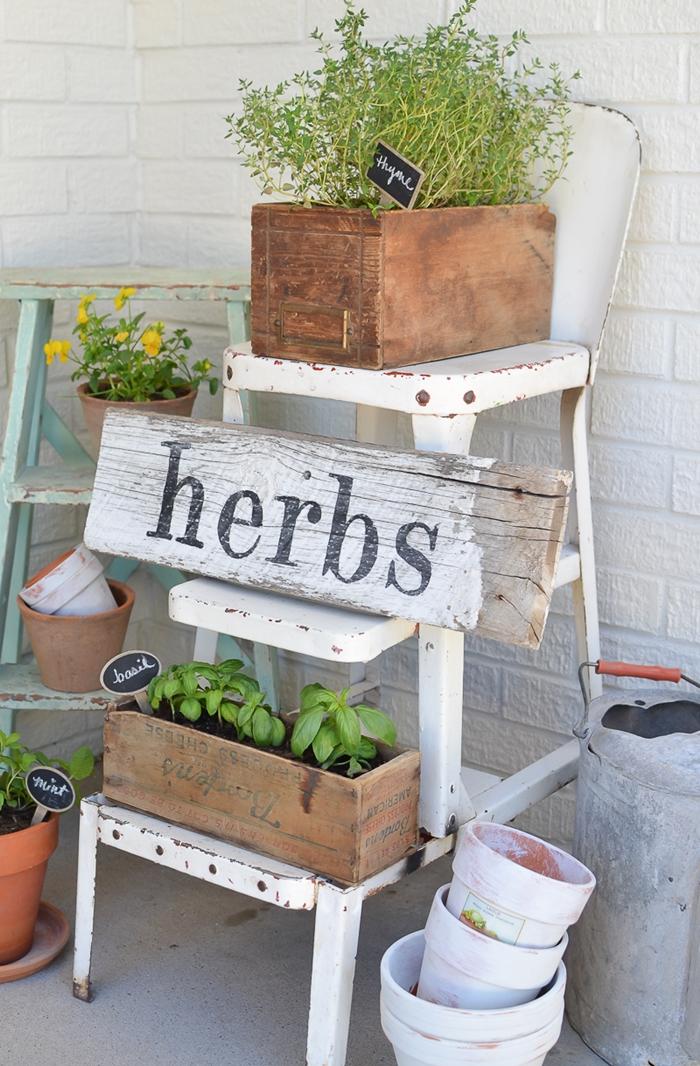 porte pot de fleur style vintage bricolage facile été chaise vintage métal tableau bois rétro chic décoration extérieure jardinière bois herbes