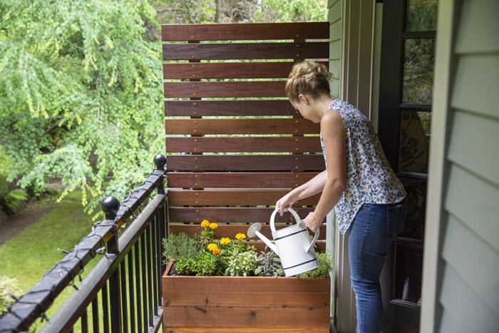 pot de fleur geant décoration petit balcon avec matériaux récup diy support pour mur végétal fabriqué avec planches de bois