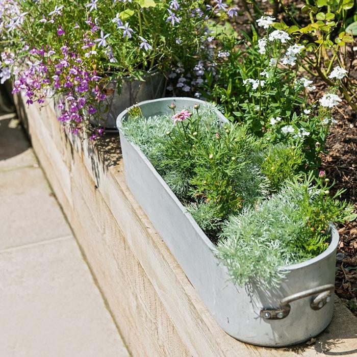 pot pour plante en béton ave poignée métal décoration balcon ou terrasse avec plantes fleuries diy pot fleur original activité manuelle été