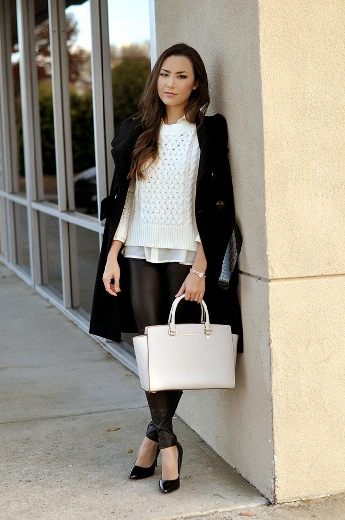 preppy look style vêtements femme élégante pantalon cuir noir pull blanc chemise blanche manteau long noir sac à main cuir blanc
