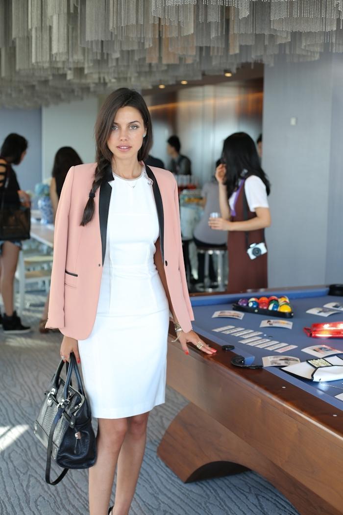 preppy look style vestimentaire femme au travail tenue élégante femme chic robe blanche longueur genoux blazer rose pastel sac à main noir