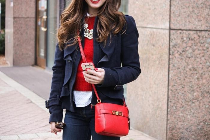pull over rouge chemise blanche col blazer veste bleu marine jeans foncés look bcbg femme sac à main rouge collier or