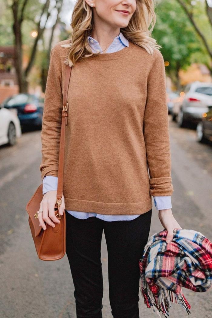 pullover beige chemise col bleu clair pantalon noir tenue classe femme sac à main cuir marron écharpe motifs carreaux franges