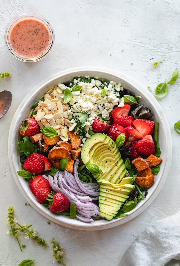 que mettre dans une salade d été fraises laitue oignon rouge amandes concassés feta émietté et patates douces rôties au four