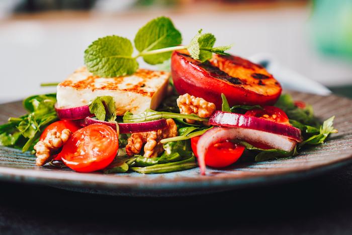 que mettre dans une salade d été idée de salade verte avec tomates cerises noix halloumi et pêches grillées à la poele
