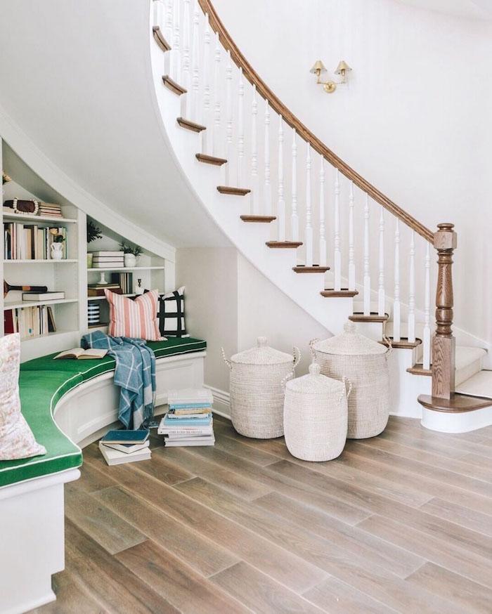 quel amenagement espace sous escalier idee bibliotheque murale ovale banc de lecture ovale rpaniers de rangement orientaux