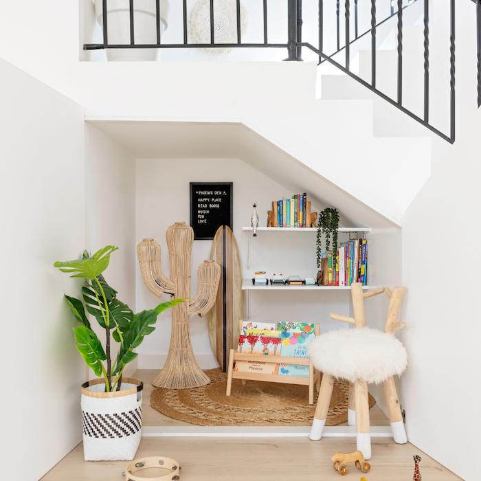 quel amenagement sous escalier idee de petite bibliotheque enfant etageres blanches tabouret scandinave plante verte en panier