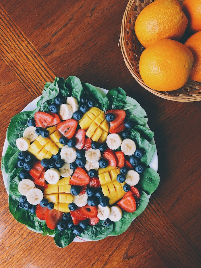 recette de salade d été avec mangue myrtille rondelles de banane fraises sur anapé des épinards salade composée de fruits et légumes