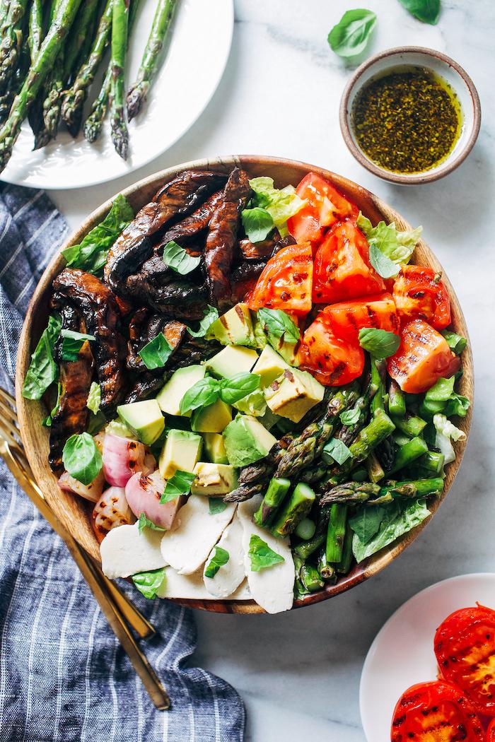 recette fraicheur salade composée originale de légumes grillés asperges tomates oignons frites de courgette et tranches de mozzarella