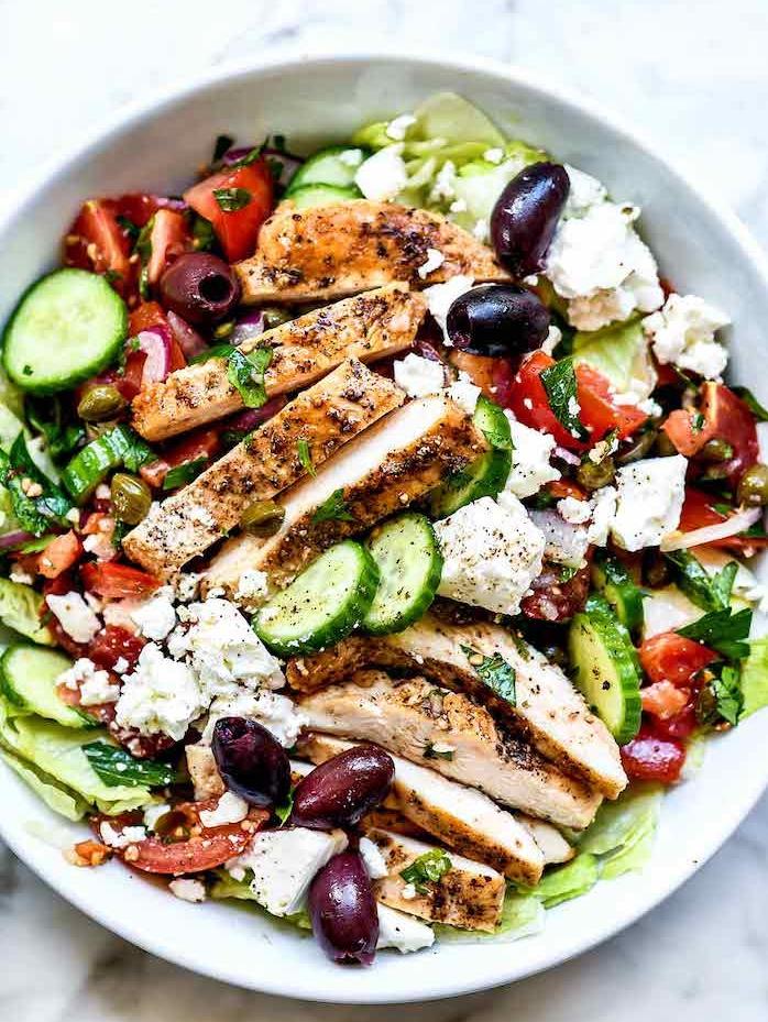 recette salade composée été idée salade grecque avec iceberg concombres olives tomates et feta