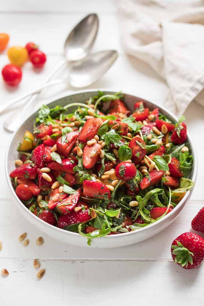 recette salade composée froide à la roquette fraises et tomates cerise et des graines avex dressing sauce salade