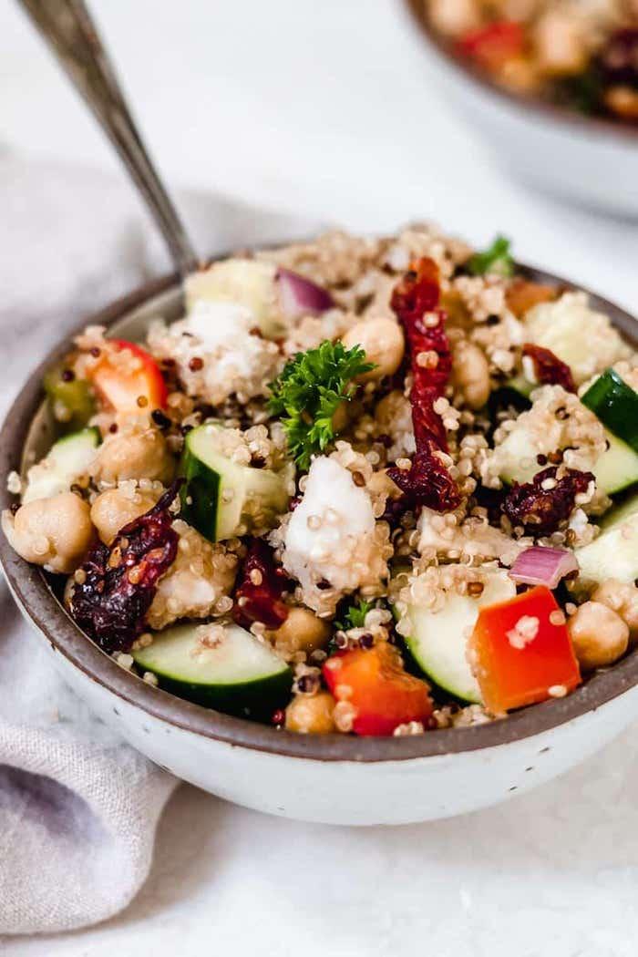 recette salade composée froide aux concombres poivrons quinoa tomates séchées et pois chiche