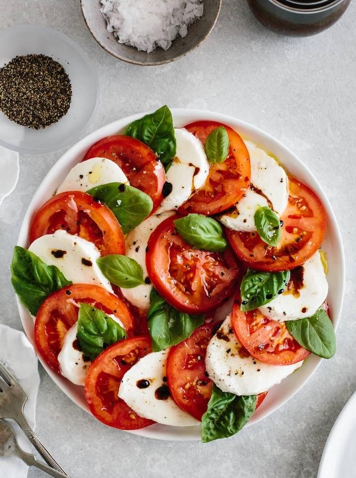 recette salade d été de rondelles de tomate mozzarella basilic vinaigre de balsamique comment faire salade caprese chez soi