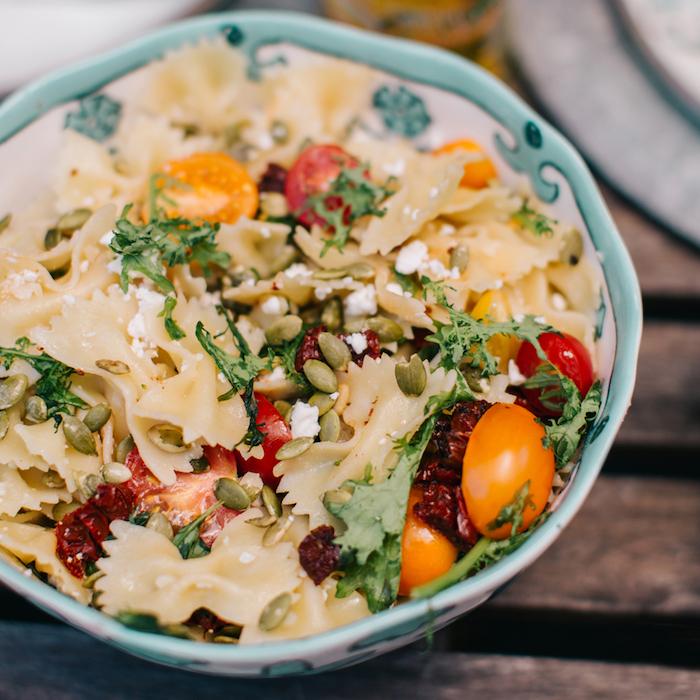 repas dété du soir recette salade été de pâtes aux tomates fraiches et séchées roquette miettes de feta et des graines de potiron