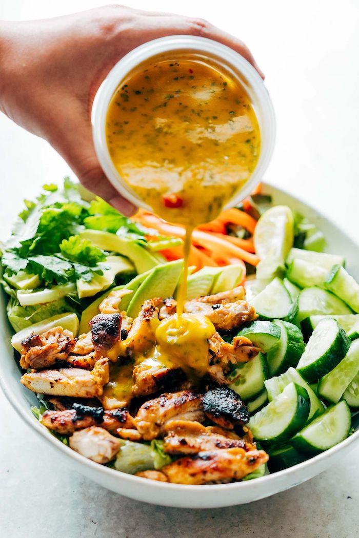repas du soir équilibré recette salade aux concombres avocat mangue poulet grillé et autres verdures