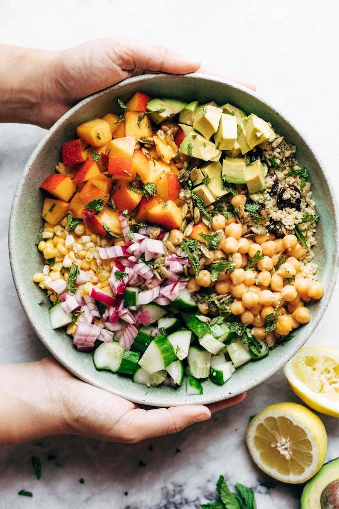 repas minceur équilibré idée de plat vegetarien salade composée de couscous pois chiches concombres mais avoat pêches herbes fraiches