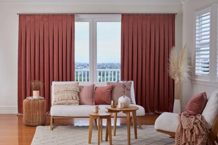rideau terracotta long décoration salon boho moderne tapis moelleux blanc table salon double plateau bois coussin velours franges