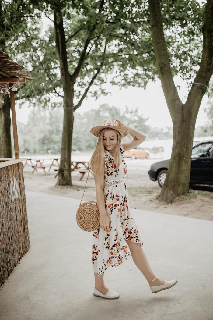 robe boheme longue tenue femme chic été robe blanche motifs floraux robe ceinturée bordure dentelle capeline paille chaussures plates blanches