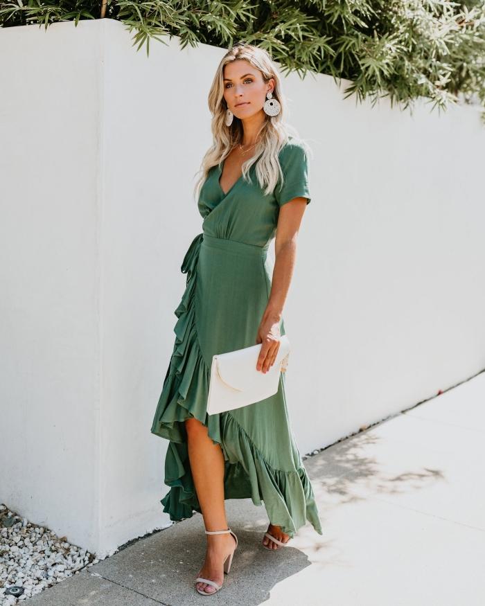 robe boheme mariage invité accessoires mode femme boucles d oreilles sandales blanches talons pochette robe verte coupe asymétrique décolleté en v ceinture