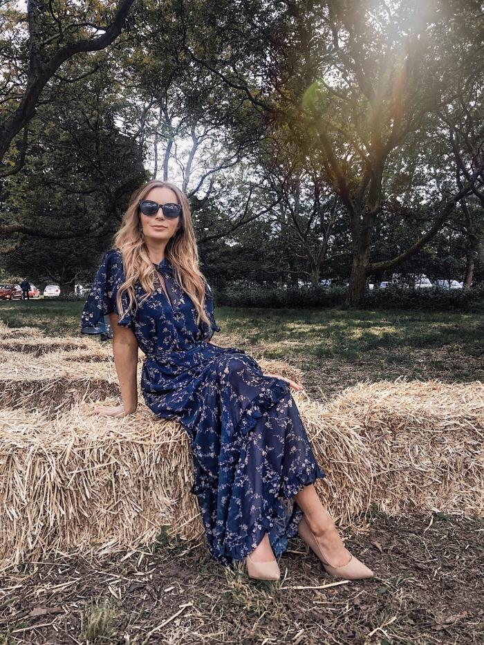 robe boheme mariage invité lunettes de soleil nories chaussures à talons couleur nude robe longue bleu foncé manches courtes motifs floraux