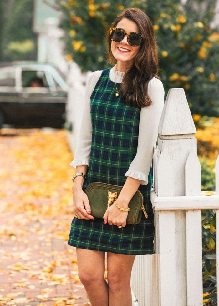robe femme habillée style vestimentaire modeste robe courte motifs carreaux en vert et bleu marine chemise blanche lunette soleil